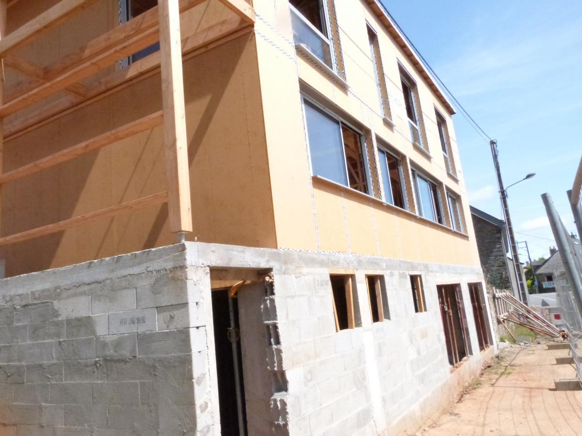 La maison dont la surface habitable est de 110m2 est en ossature bois les cloisons intérieures seront en briques de terre crue